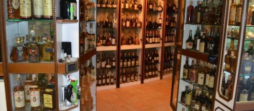 Fra i beni, sono anche state sequestrate 20 mila bottiglie di vini e liquori