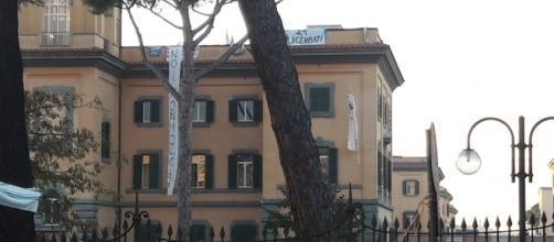 gli striscioni dei 21 licenziati sul tetto dell'ospedale