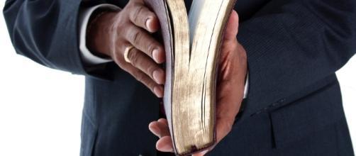 Pastor morre de forma assustadora na frente de fiéis