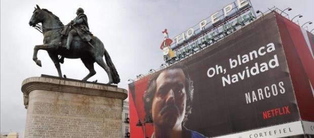 El polémico anuncio de la serie 'Narcos' emitida por Netflix situado en la Puerta del Sol de Madrid.