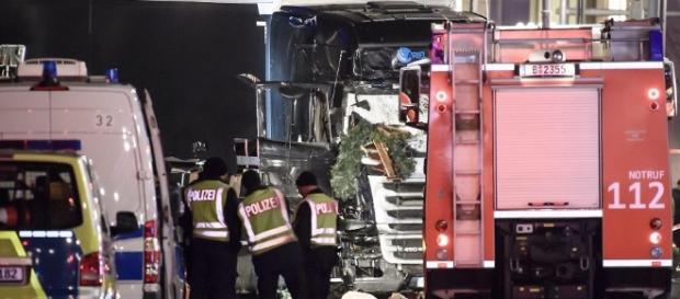 Il tir che ha attaccato il mercato di Natale a Berlino: nove le vittime della folle corsa
