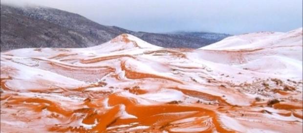 Imagens feitas por Karim Bouchetata mostram dunas cobertas por neve (Crédito: YouTube/News247)