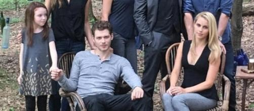 Summer (Hope) e o pai Klaus (Joseph) de mãos dadas nos bastidores de 'The Originals'