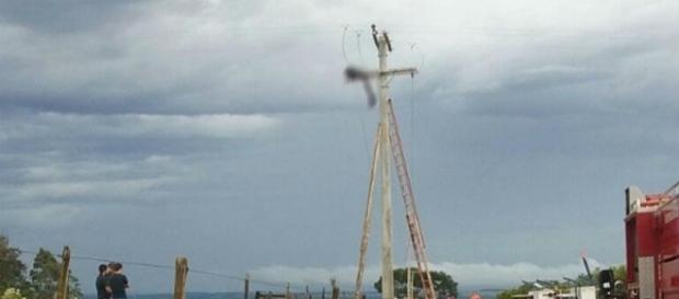 Corpo de homem estava debruçado no tipo da torre de energia
