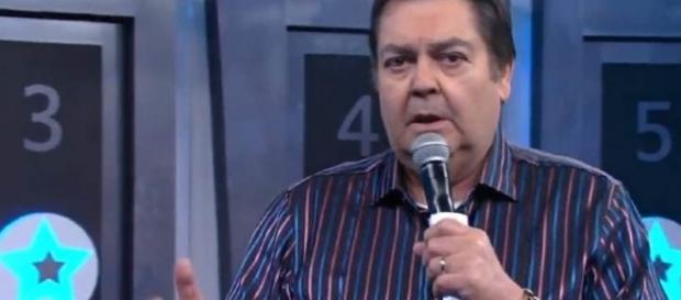 Faustão apresentando o seu programa na TV Globo