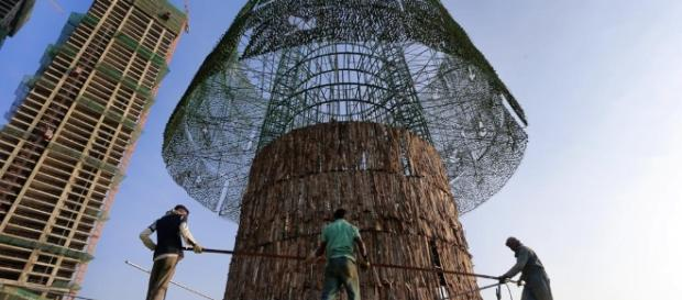 Sri Lankans rush to build towering Christmas tree on time ... - abqjournal.com