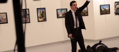 Russia aiuterà Turchia a sbloccare iPhone del killer dell'ambasciatore