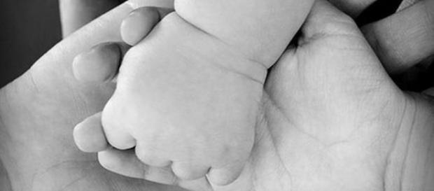 'Mãe de aluguel' com 67 anos dá a luz a própria netinha