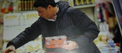 Matteo Renzi alle prese con il carrello della spesa