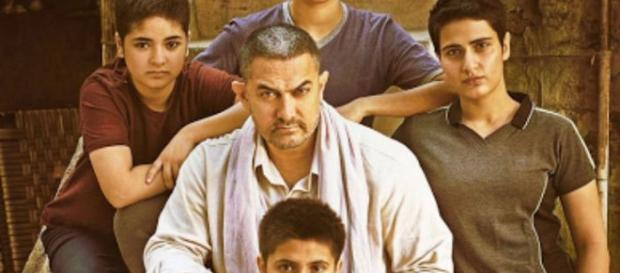 Amir Khan with his costars in Dangal. - framasphere.org BN support