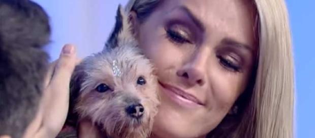 Ana ficou muito feliz e comovida ao ganhar a cachorrinha de Luiz (Foto: TV Record)