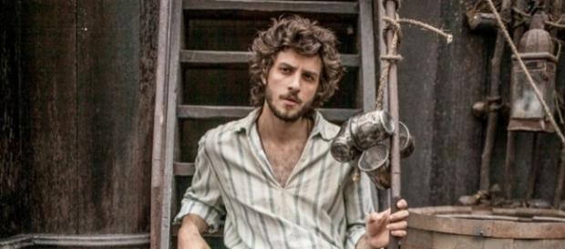 Ator Chay Suede caracterizado como Joaquim Martinho, herói romântico de Novo Mundo