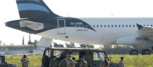 El primer ministro de Malta alerta del secuestro de un avión libio ...