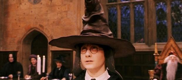 Harry Potter sendo selecionado pelo Chapéu Seletor
