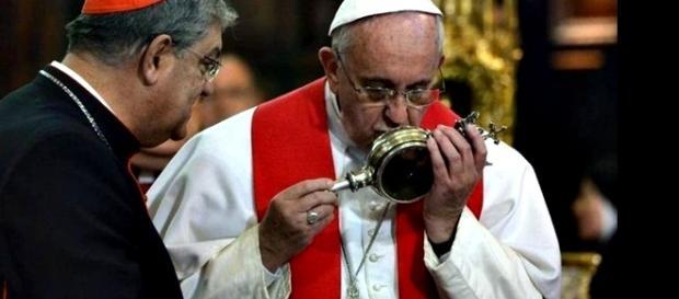 Imagem de Francisco beijando a ampola onde o sangue do santo está guardado