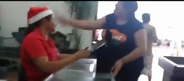 Reprodução do vídeo mostra momento em que a suposta amante leva garrafada na cabeça