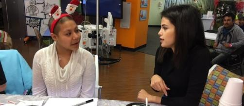 Selena Gomez rend visite à des enfants malades la veille de Noël