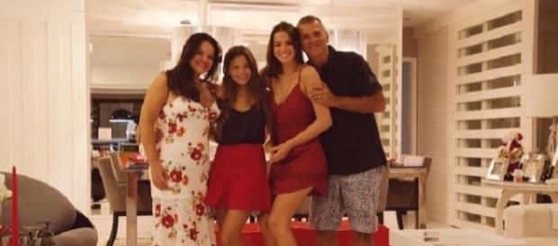 Bruna Marquezini posta foto de na noite de natal ao lado da família.