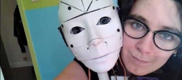 Mulher está apaixonada por um robô e quer até se casar com ele
