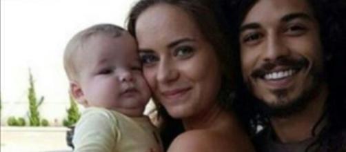 Livana e Rune com um de seus filhos gêmeos