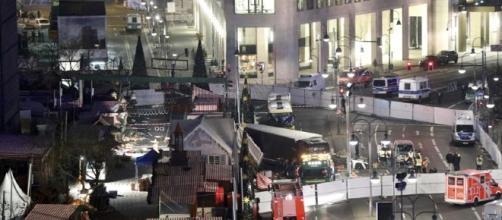 Il perimetro dell'attentato messo in sicurezza dalla Polizei. (Reuters)