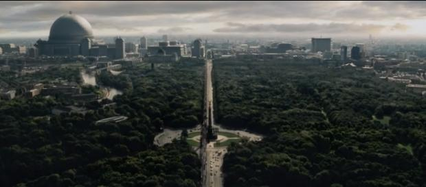 DDR-Fernsehturm gephotoshopt, warum nicht auch Merkels Waschmaschine? (Screenshot von Carl Kralle aus Folge 1, The Man in the High Castle - Staffel 2)