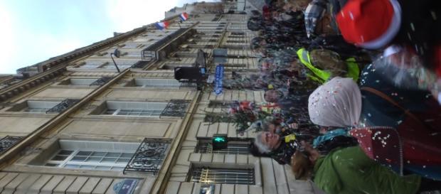 Les militants revendicatifs réunis autour du sapin de Noël. Au micro Jean-Baptiste Eyraud