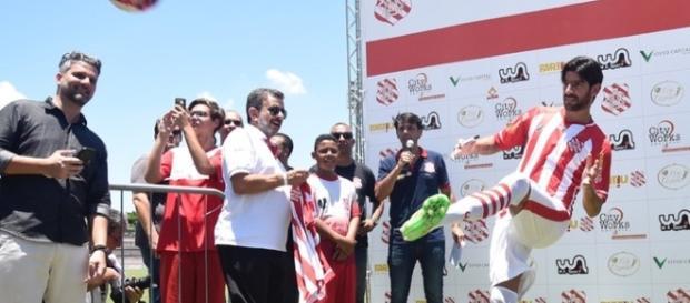 Loco Abreu chuta uma bola para a torcida do Bangu (Foto: globoesporte.com)