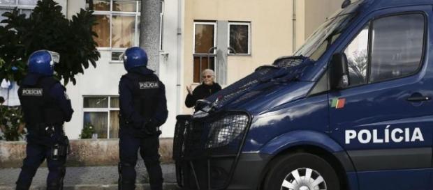 Mais uma vez polícias foram obrigados a usar armas de fogo para se defenderem