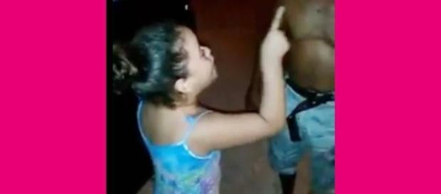 Menina pregando para bêbado se torna viral