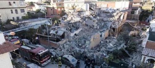 Crollo palazzina ad Acilia, periferia di Roma.