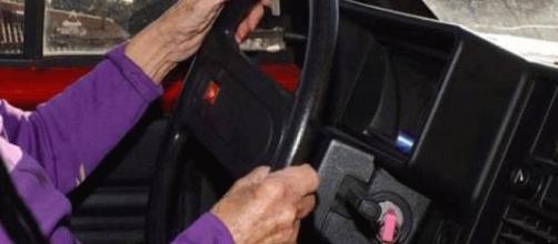 una anziana al volante, per fortuna prudente