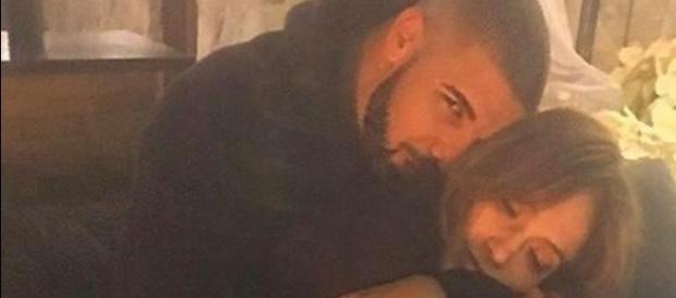 J.Lo e Drake juntinhos num sofá - Reprodução/Instagram