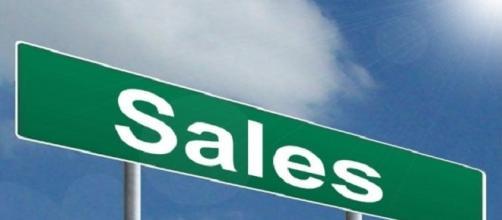 Il cartellone con la scritta 'Sales' (saldi)