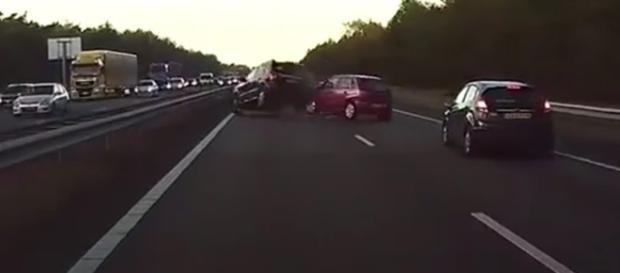 Momento foi flagrado por uma câmera instalada pelo condutor