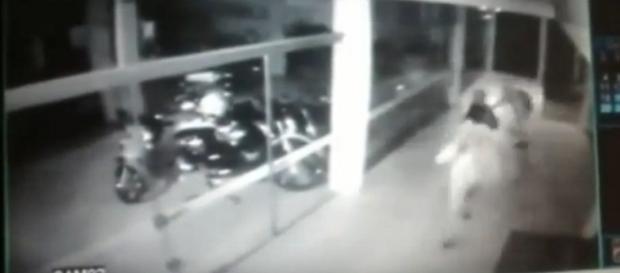 Bandido quebra porta de vidro para assaltar estabelecimento, corta artéria da perna e morre.