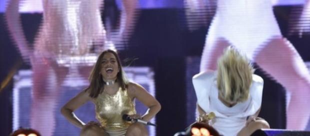 Claudia Leitte e Anitta dançaram ao show do 'É o Tchan' e animaram a multidão em Salvador