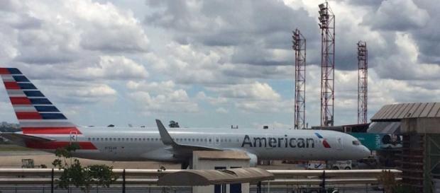 O marido viu algumas mensagens suspeitas no celular da esposa e a discussão começou dentro do avião
