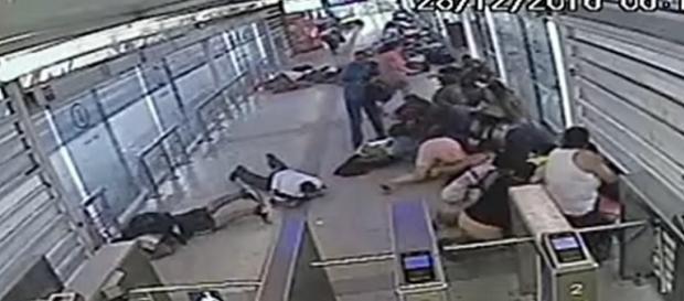 Passageiros que estavam na estação do BRT no Rio, foram atacados a tiro por criminosos.