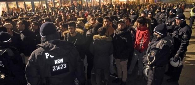 Polizei umstellt eine Horde junger Männer mit Migrationshintergrund an Silvester in Köln