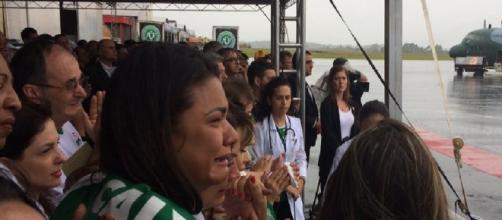 Familiares recebem as vítimas no aeroporto