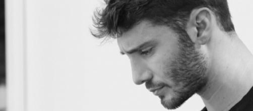 Gossip: Stefano De Martino torna a far parlare per uno scatto 'ambiguo'.