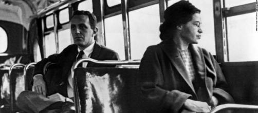 Rosa Parks sentada en un autobús en la ciudad de Montgomery en 1955