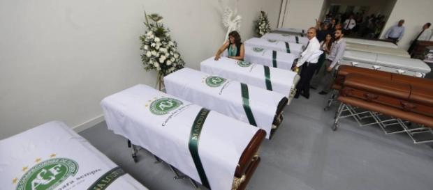 Fãs prestam suas homenagens às vítimas (foto: G1)