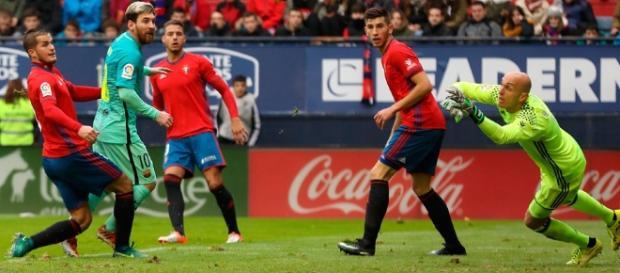 Leo Messi marcó el 0 a 3 contra el Osasuna con un nivel de crack que lo alza en el pichichi en solitario