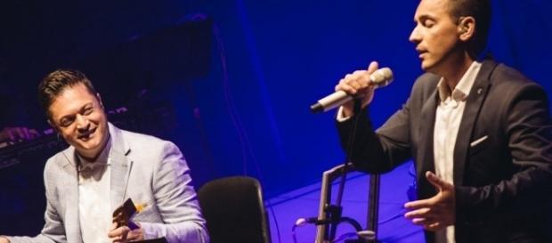 Os irmãos gregos Tsahouridis encantam a todos com o seu show musical
