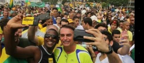 Deputado Jair Bolsonaro em uma manifestação em Copacabana.