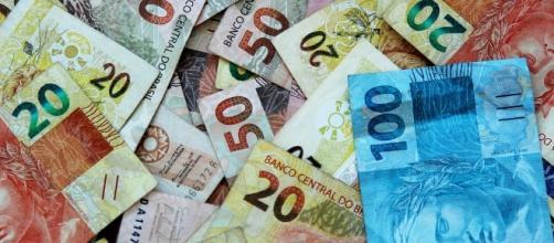 Temer assina decreto e salário vai para R$937,00