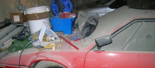 Lixo e poeira se acumulavam em cima do BMW M1