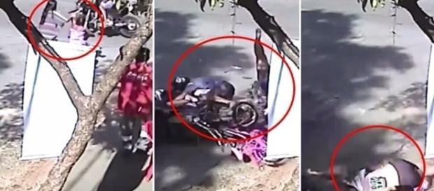 Na imagem é possível ver o momento em que a motocicleta desgovernada se aproxima das duas.